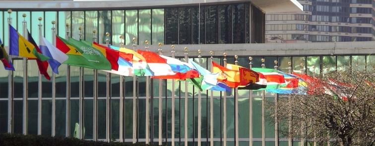 Verschiede Flaggen vor dem United Nations Gebäude