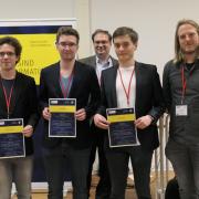 Foto v.l.n.r.: Robin Meiseberg, Benedict Steinhoff, Prof. Dr. Ralf Reussner (GI-Präsidium), Sebastian Wolters, Jan Gasthaus (Amazon, Sponsor des Preisgeldes)